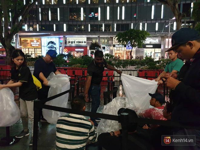 Mặc kệ trời mưa to, hàng dài dân buôn Việt xếp kín trước cửa Apple Store chờ mua iPhone XS mới - Ảnh 12.