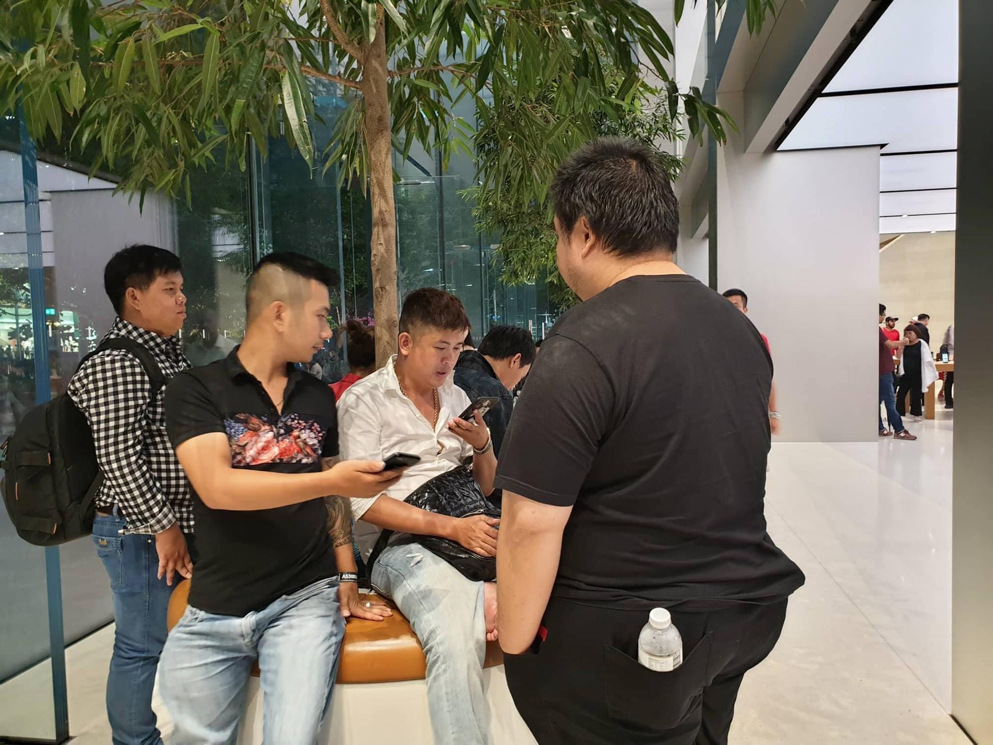Mặc kệ trời mưa to, hàng dài dân buôn Việt xếp kín trước cửa Apple Store chờ mua iPhone XS mới - Ảnh 13.