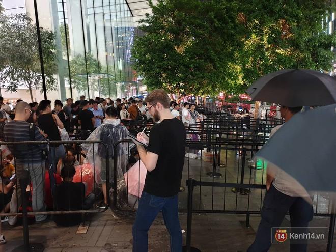Mặc kệ trời mưa to, hàng dài dân buôn Việt xếp kín trước cửa Apple Store chờ mua iPhone XS mới - Ảnh 4.