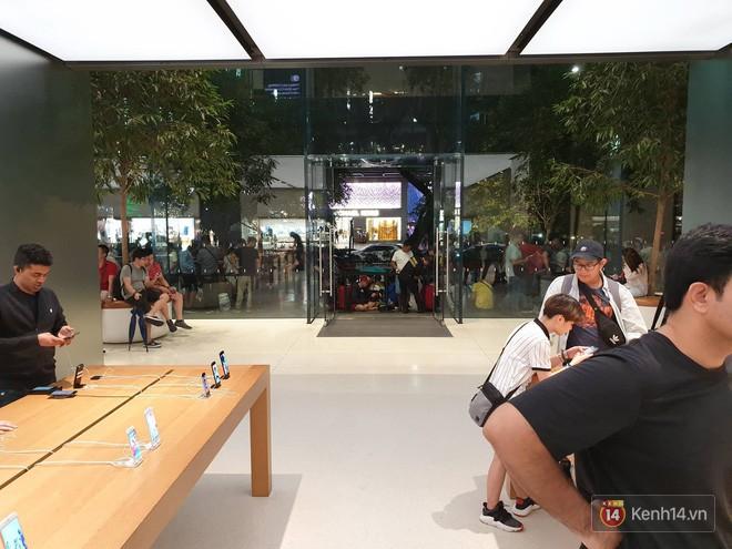 Mặc kệ trời mưa to, hàng dài dân buôn Việt xếp kín trước cửa Apple Store chờ mua iPhone XS mới - Ảnh 9.