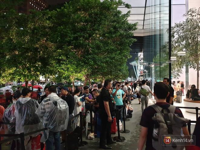 Mặc kệ trời mưa to, hàng dài dân buôn Việt xếp kín trước cửa Apple Store chờ mua iPhone XS mới - Ảnh 11.