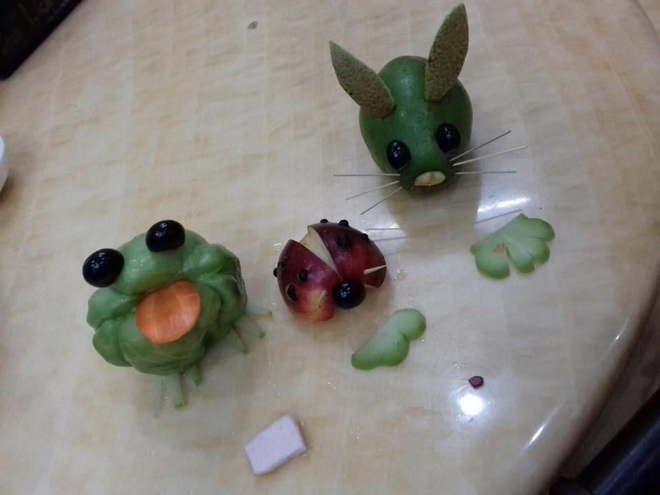 Mâm cỗ Trung thu đáng yêu xen lẫn đáng sợ với những con vật được cắt tỉa từ hoa quả khiến cộng đồng mạng bật cười - Ảnh 6.