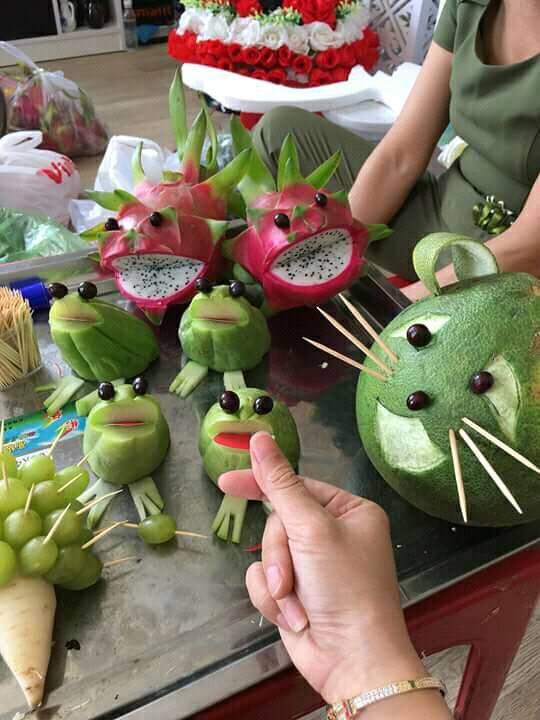 Mâm cỗ Trung thu đáng yêu xen lẫn đáng sợ với những con vật được cắt tỉa từ hoa quả khiến cộng đồng mạng bật cười - Ảnh 5.