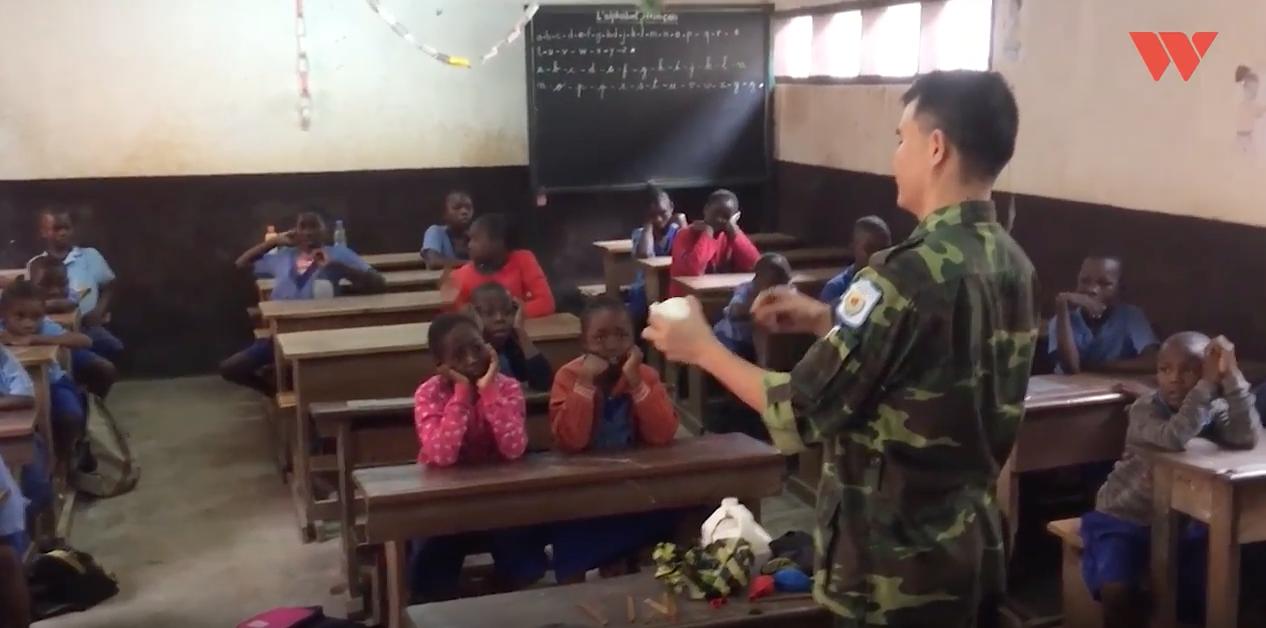 """Câu chuyện đẹp về người sĩ quan Việt dạy học trên đất Trung Phi: """"Nhìn các con bò ra ghế học chữ trong trời tối, tôi thương lắm"""" - Ảnh 3."""