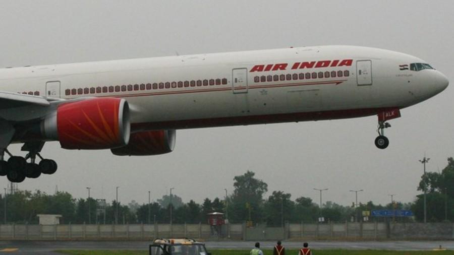Phi công Ấn Độ hạ cánh bằng tay cứu sống 370 hành khách - Ảnh 1.