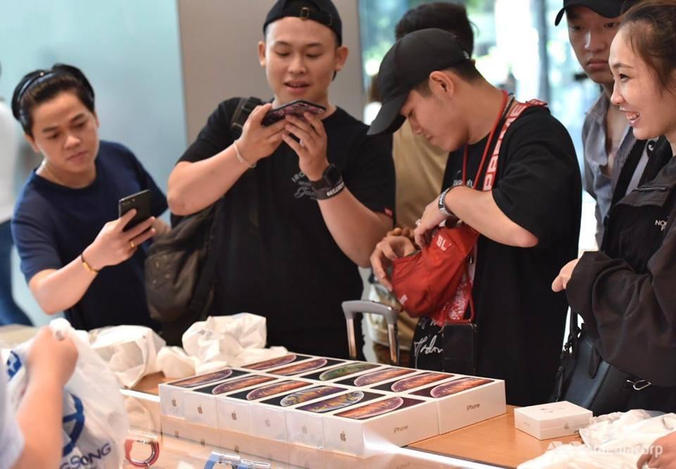Fanboy Apple từ Việt Nam xếp hàng 24 tiếng để mua iPhone XS lên báo nước ngoài: Mình không thấy mệt tí gì cả! - Ảnh 9.