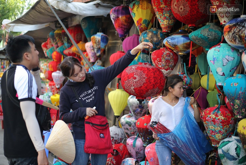 Nghề làm đèn lồng truyền thống ở phố cổ Hội An tất bật những ngày cận Trung thu - Ảnh 6.