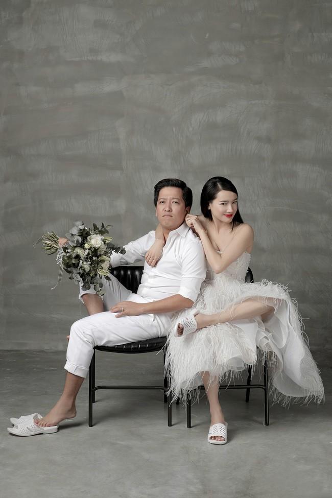 Muôn kiểu chụp ảnh cưới của sao Việt: Người đeo dép tổ ong, người hoá trang thành ông bà lão 80 tuổi - Ảnh 1.