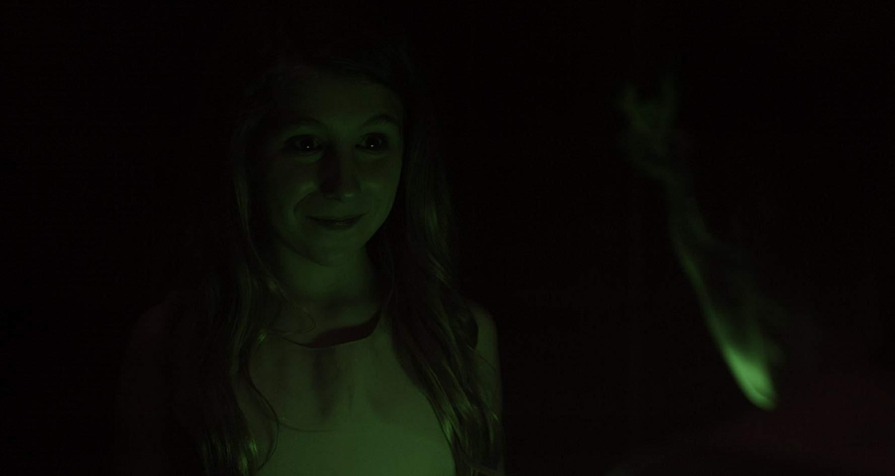 """""""Hide in the Light"""": Câu chuyện bi hài về con ác quỷ đáng thương nhất thế gian - Ảnh 4."""