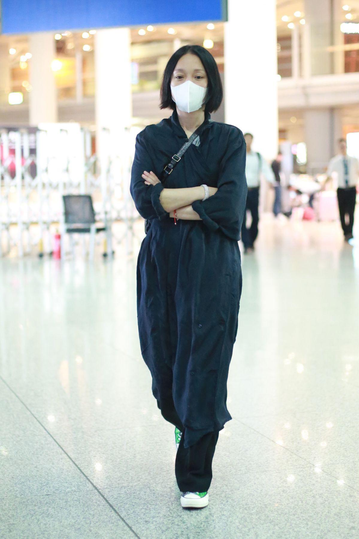 Giàu có và là đại hoa đán nhưng cứ ra sân bay, Châu Tấn sẽ chẳng màng hình tượng mà diện đồ xuề xòa thế này - Ảnh 6.