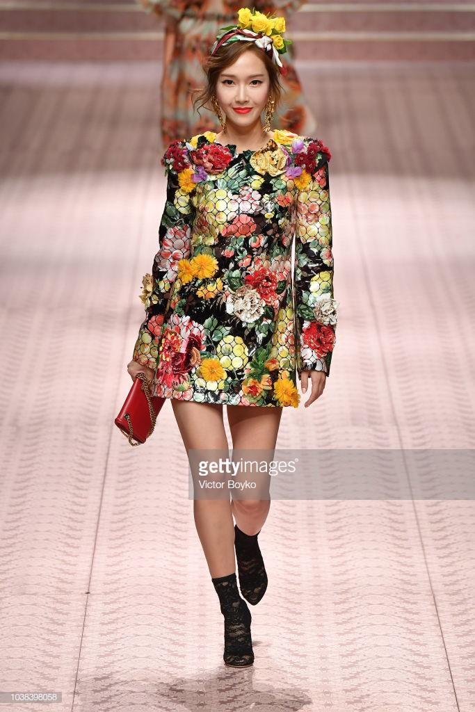 4 nữ thần Địch Lệ Nhiệt Ba, Jessica Jung, Mai Davika, Ayaka Miyoshi catwalk làm náo loạn sàn diễn của Dolce&Gabbana - Ảnh 10.