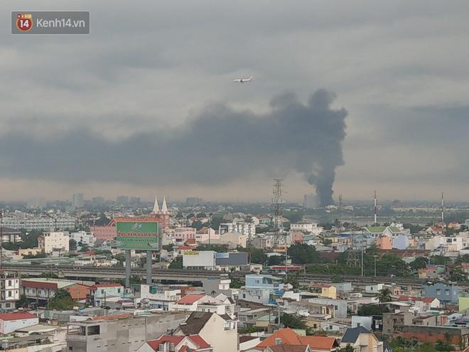 Cháy lớn ở quận 12, cột khói đen kịt bốc cao suốt một giờ đồng hồ khiến người dân hoảng hốt - Ảnh 4.