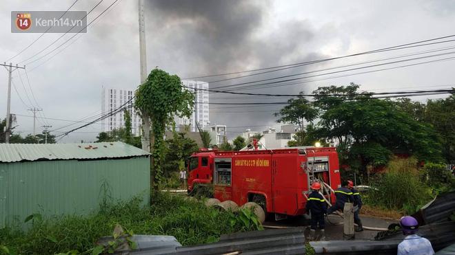 Cháy lớn ở quận 12, cột khói đen kịt bốc cao suốt một giờ đồng hồ khiến người dân hoảng hốt - Ảnh 2.