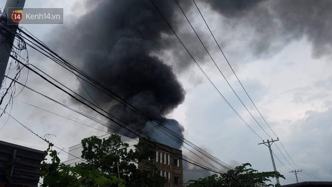 Cháy lớn ở quận 12, cột khói đen kịt bốc cao suốt một giờ đồng hồ khiến người dân hoảng hốt - Ảnh 7.