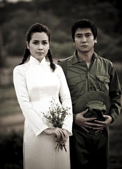 Muôn kiểu chụp ảnh cưới của sao Việt: Người đeo dép tổ ong, người hoá trang thành ông bà lão 80 tuổi - Ảnh 3.