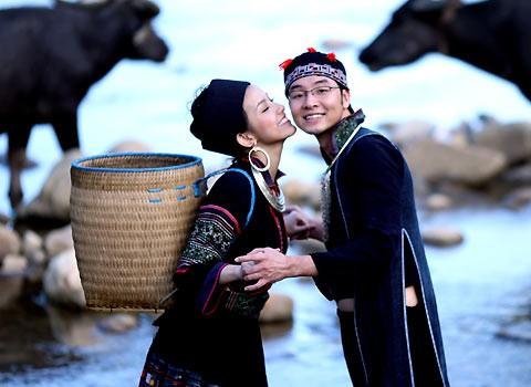 Muôn kiểu chụp ảnh cưới của sao Việt: Người đeo dép tổ ong, người hoá trang thành ông bà lão 80 tuổi - Ảnh 7.
