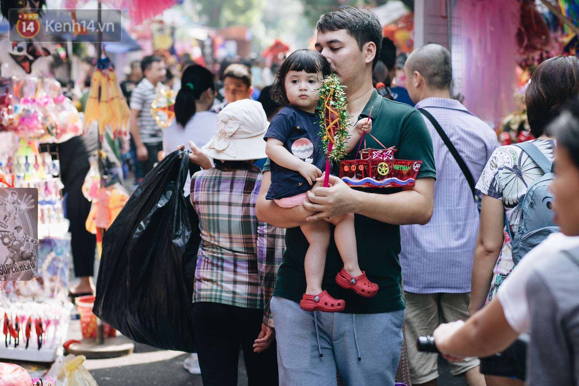 Ảnh: Một ngày trước rằm tháng 8, người dân đổ xô lên phố Hàng Mã vui chơi Trung thu - Ảnh 12.