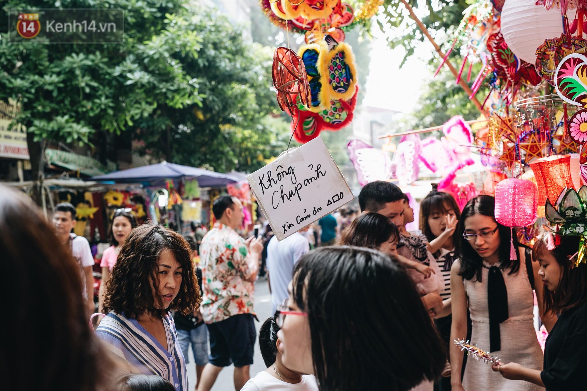 Ảnh: Một ngày trước rằm tháng 8, người dân đổ xô lên phố Hàng Mã vui chơi Trung thu - Ảnh 9.