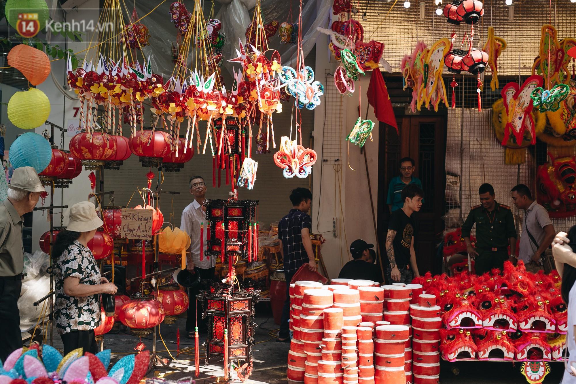 Ảnh: Một ngày trước rằm tháng 8, người dân đổ xô lên phố Hàng Mã vui chơi Trung thu - Ảnh 1.