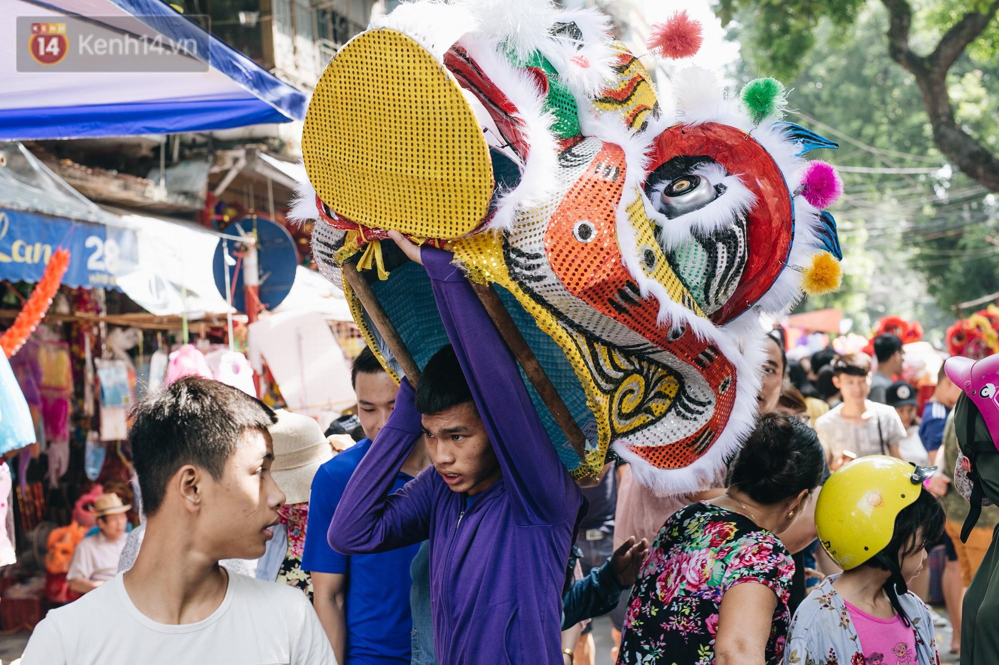 Ảnh: Một ngày trước rằm tháng 8, người dân đổ xô lên phố Hàng Mã vui chơi Trung thu - Ảnh 5.