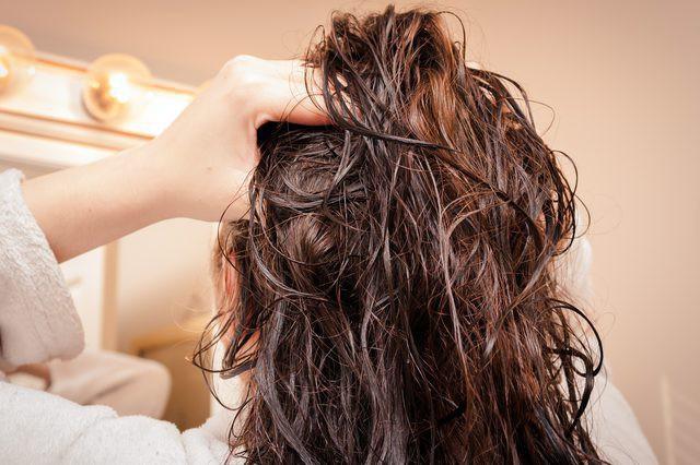 Sai lầm thường gặp khi sấy tóc khiến mái tóc dễ bị khô xơ và gãy rụng - Ảnh 1.