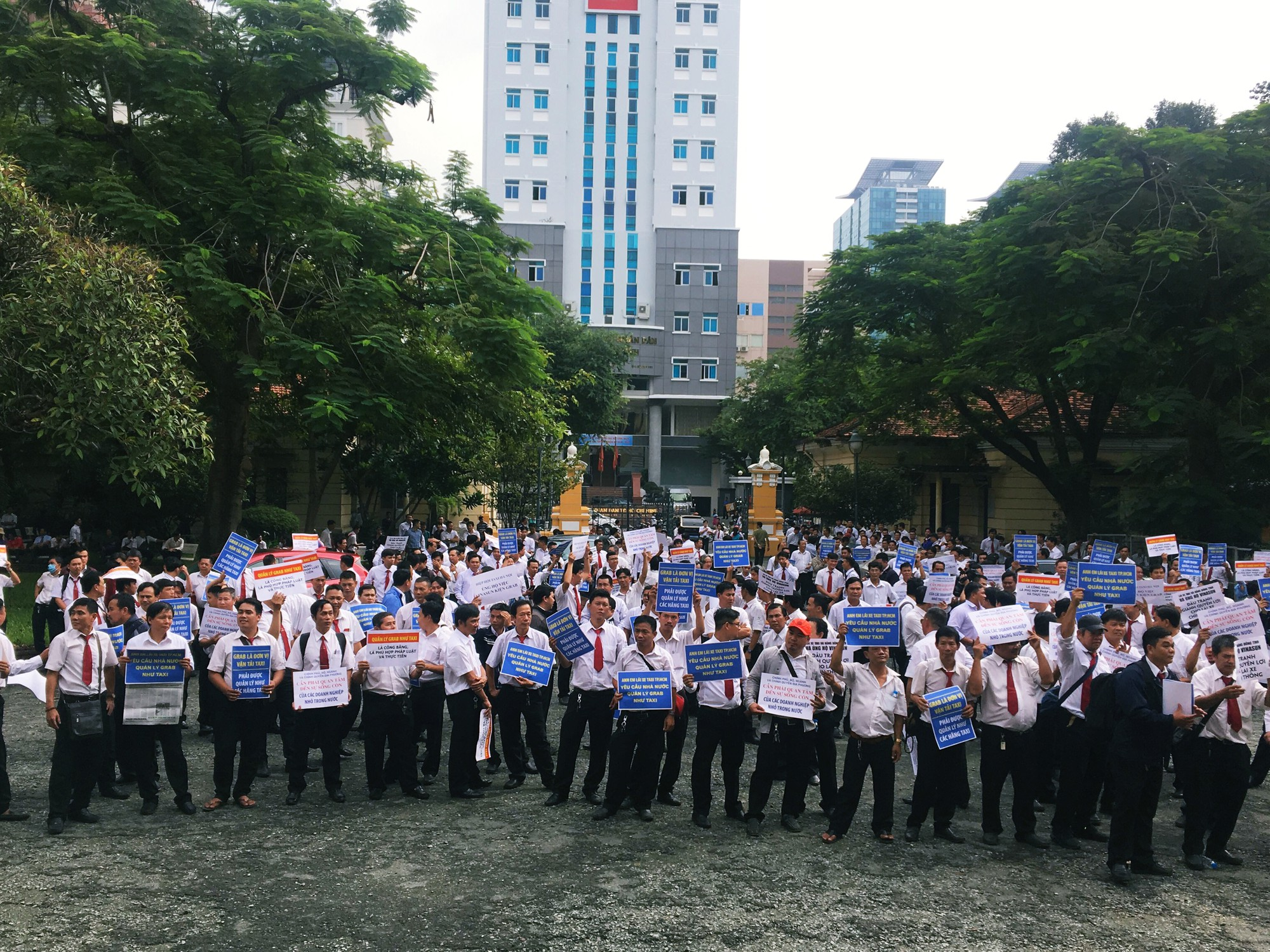 Hàng trăm tài xế Vinasun tập trung trước Toà án TP. HCM, giăng biểu ngữ yêu cầu Grab bồi thường - Ảnh 5.