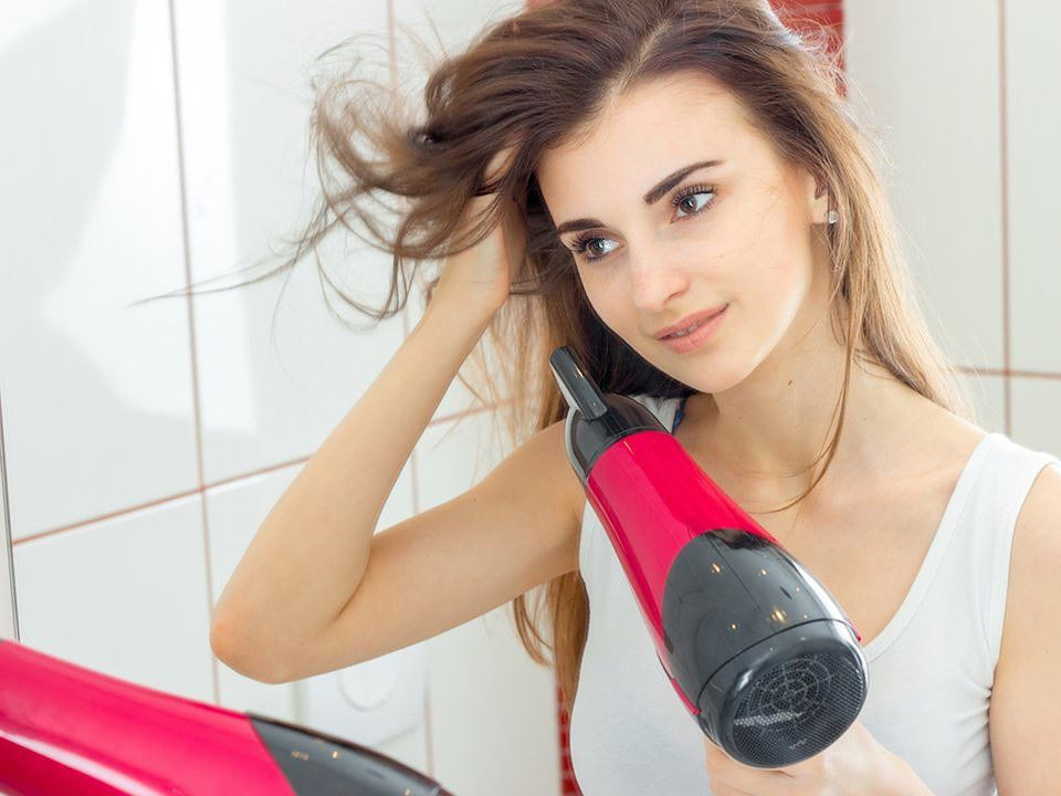 Sai lầm thường gặp khi sấy tóc khiến mái tóc dễ bị khô xơ và gãy rụng - Ảnh 2.