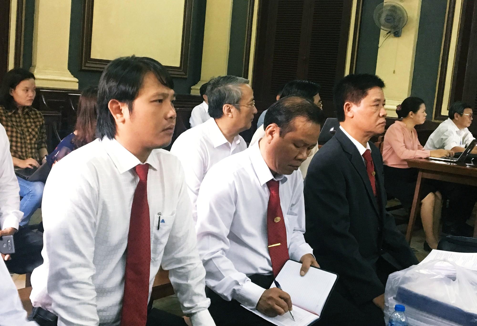 Hàng trăm tài xế Vinasun tập trung trước Toà án TP. HCM, giăng biểu ngữ yêu cầu Grab bồi thường - Ảnh 4.