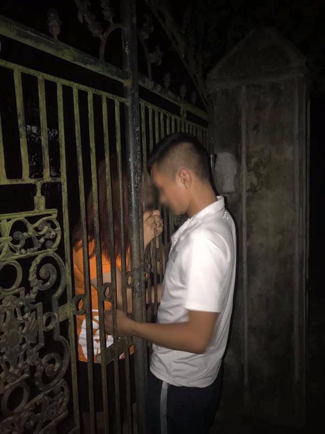 Một nụ hôn vội vàng qua cánh cổng, cặp đôi này khiến cư dân mạng nghĩ ra cả đống kịch bản drama - Ảnh 2.
