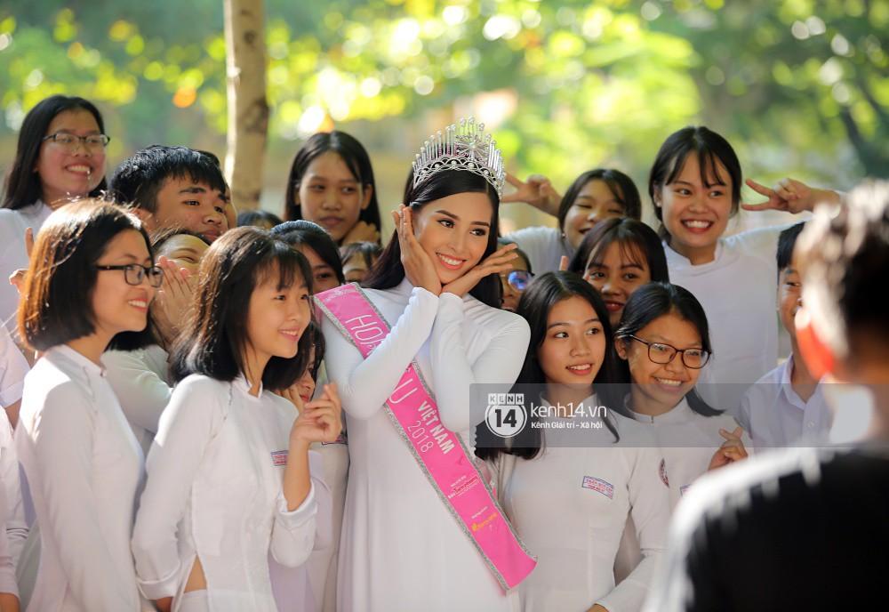 Hoa hậu Trần Tiểu Vy dịu dàng trong tà áo dài nữ sinh, về trường cũ tại Hội An dự lễ chào cờ - Ảnh 8.