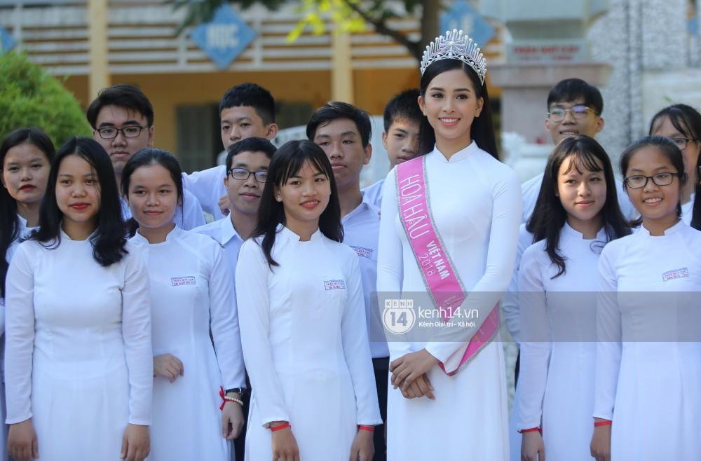 Hoa hậu Trần Tiểu Vy dịu dàng trong tà áo dài nữ sinh, về trường cũ tại Hội An dự lễ chào cờ - Ảnh 7.