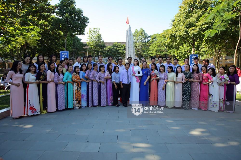 Hoa hậu Trần Tiểu Vy dịu dàng trong tà áo dài nữ sinh, về trường cũ tại Hội An dự lễ chào cờ - Ảnh 11.