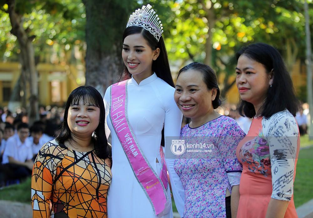 Hoa hậu Trần Tiểu Vy dịu dàng trong tà áo dài nữ sinh, về trường cũ tại Hội An dự lễ chào cờ - Ảnh 12.
