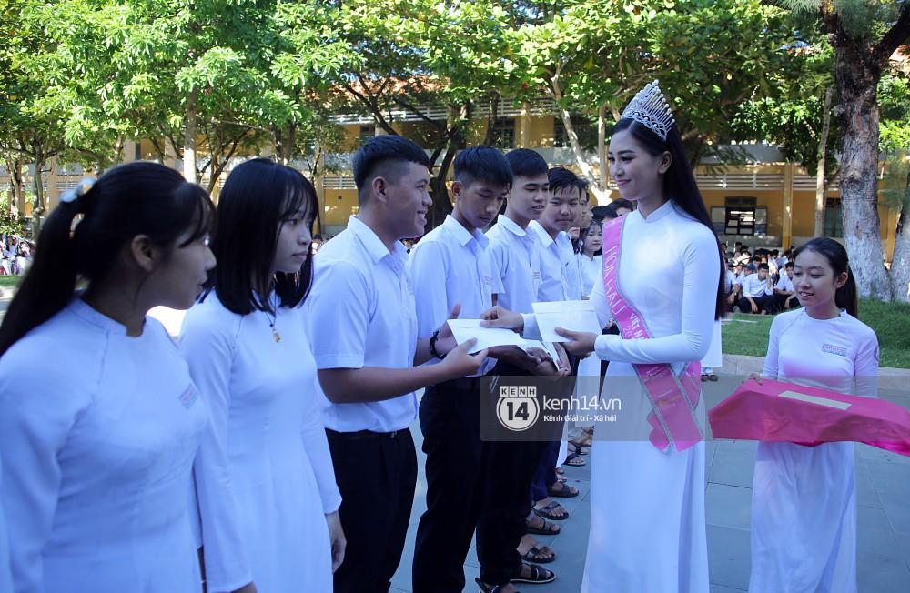 Hoa hậu Trần Tiểu Vy dịu dàng trong tà áo dài nữ sinh, về trường cũ tại Hội An dự lễ chào cờ - Ảnh 5.