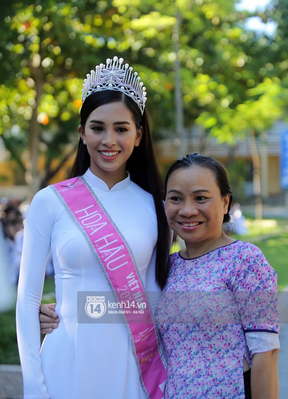 Hoa hậu Trần Tiểu Vy dịu dàng trong tà áo dài nữ sinh, về trường cũ tại Hội An dự lễ chào cờ - Ảnh 10.