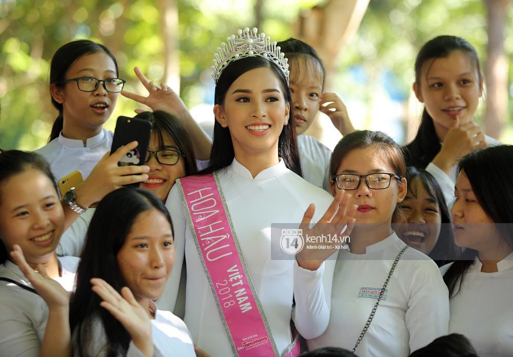 Hoa hậu Trần Tiểu Vy dịu dàng trong tà áo dài nữ sinh, về trường cũ tại Hội An dự lễ chào cờ - Ảnh 13.
