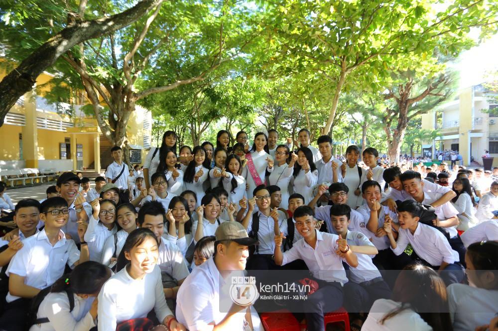 Hoa hậu Trần Tiểu Vy dịu dàng trong tà áo dài nữ sinh, về trường cũ tại Hội An dự lễ chào cờ - Ảnh 14.