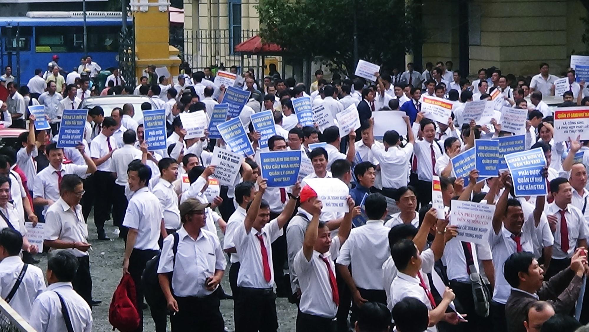 Hàng trăm tài xế Vinasun tập trung trước Toà án TP. HCM, giăng biểu ngữ yêu cầu Grab bồi thường - Ảnh 6.