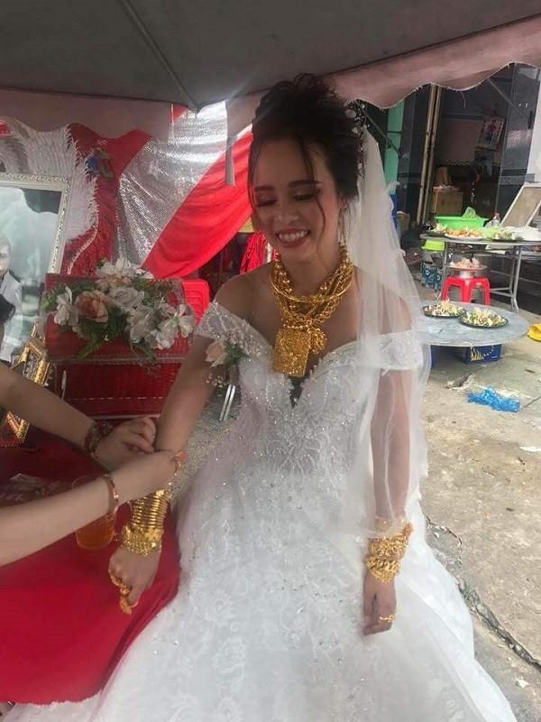 """Cô dâu Hậu Giang gây choáng khi """"trĩu cổ"""" đeo 129 cây vàng được trao làm của hồi môn khiến dân tình vừa thương vừa tị - Ảnh 1."""