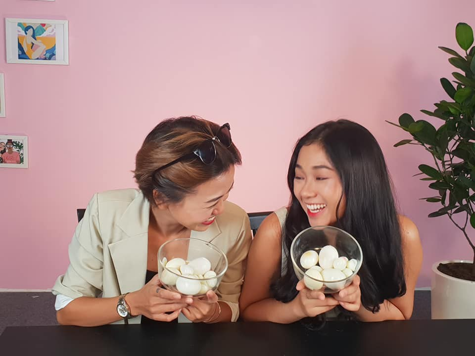 Danh tính 2 cô gái bất ngờ nảy sinh tình cảm với nhau khi tham gia show tìm kiếm bạn trai - Ảnh 4.