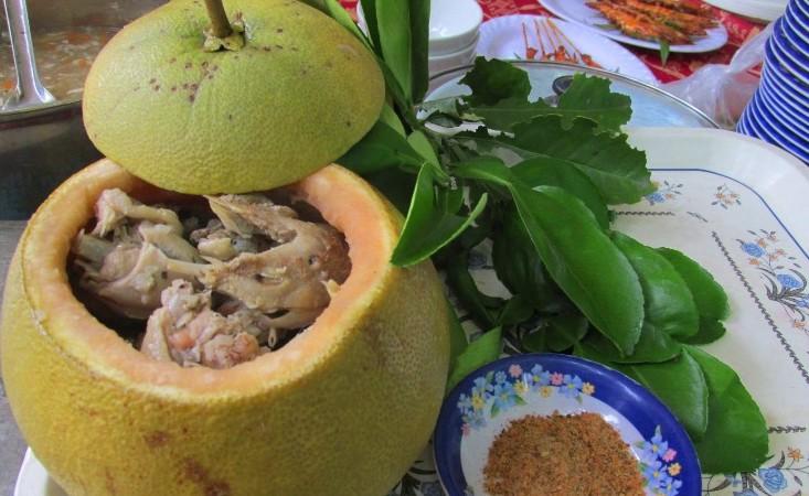 Thật nể người Đồng Nai, có thể bắt cả con gà chui tọt vào quả bưởi để làm thành đặc sản lừng danh - Ảnh 2.