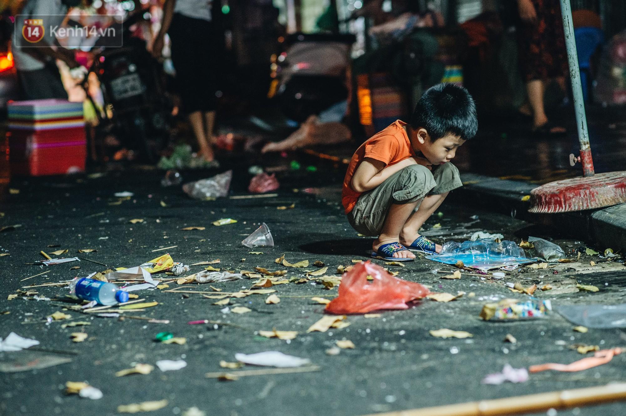 Sau Trung Thu, chợ truyền thống ở Hà nội ngập trong rác thải - Ảnh 6.