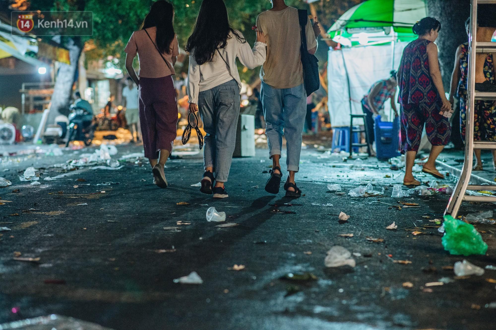 Sau Trung Thu, chợ truyền thống ở Hà nội ngập trong rác thải - Ảnh 11.
