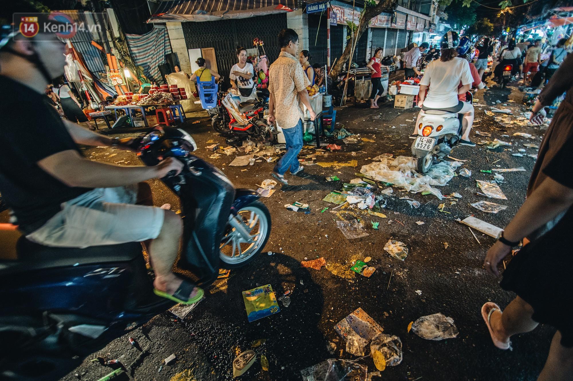Sau Trung Thu, chợ truyền thống ở Hà nội ngập trong rác thải - Ảnh 3.