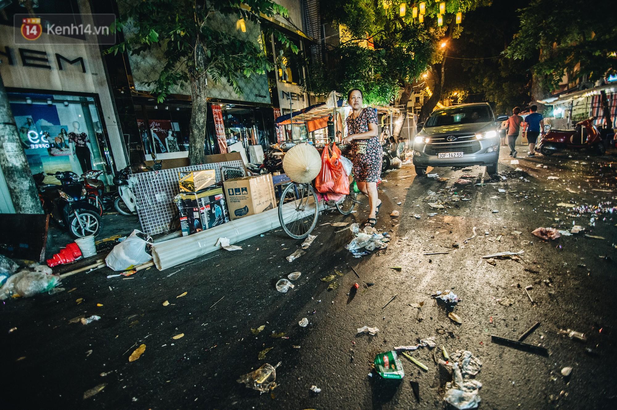 Sau Trung Thu, chợ truyền thống ở Hà nội ngập trong rác thải - Ảnh 4.