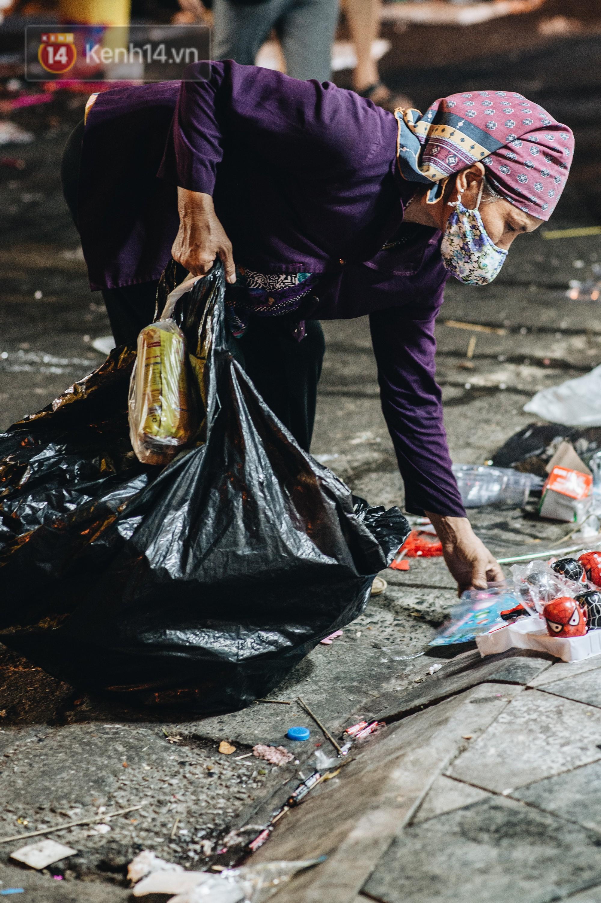 Sau Trung Thu, chợ truyền thống ở Hà nội ngập trong rác thải - Ảnh 14.