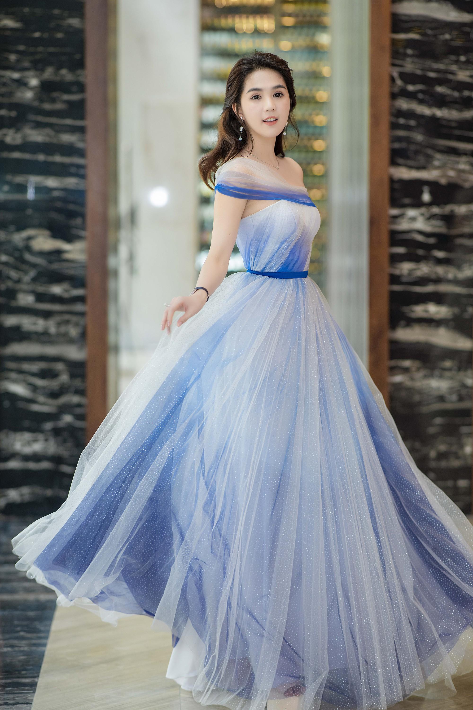 Ngọc Trinh đeo đồng hồ nạm kim cương hơn 1 tỷ đồng, xuất hiện nổi bật như công chúa tại sự kiện - Ảnh 3.