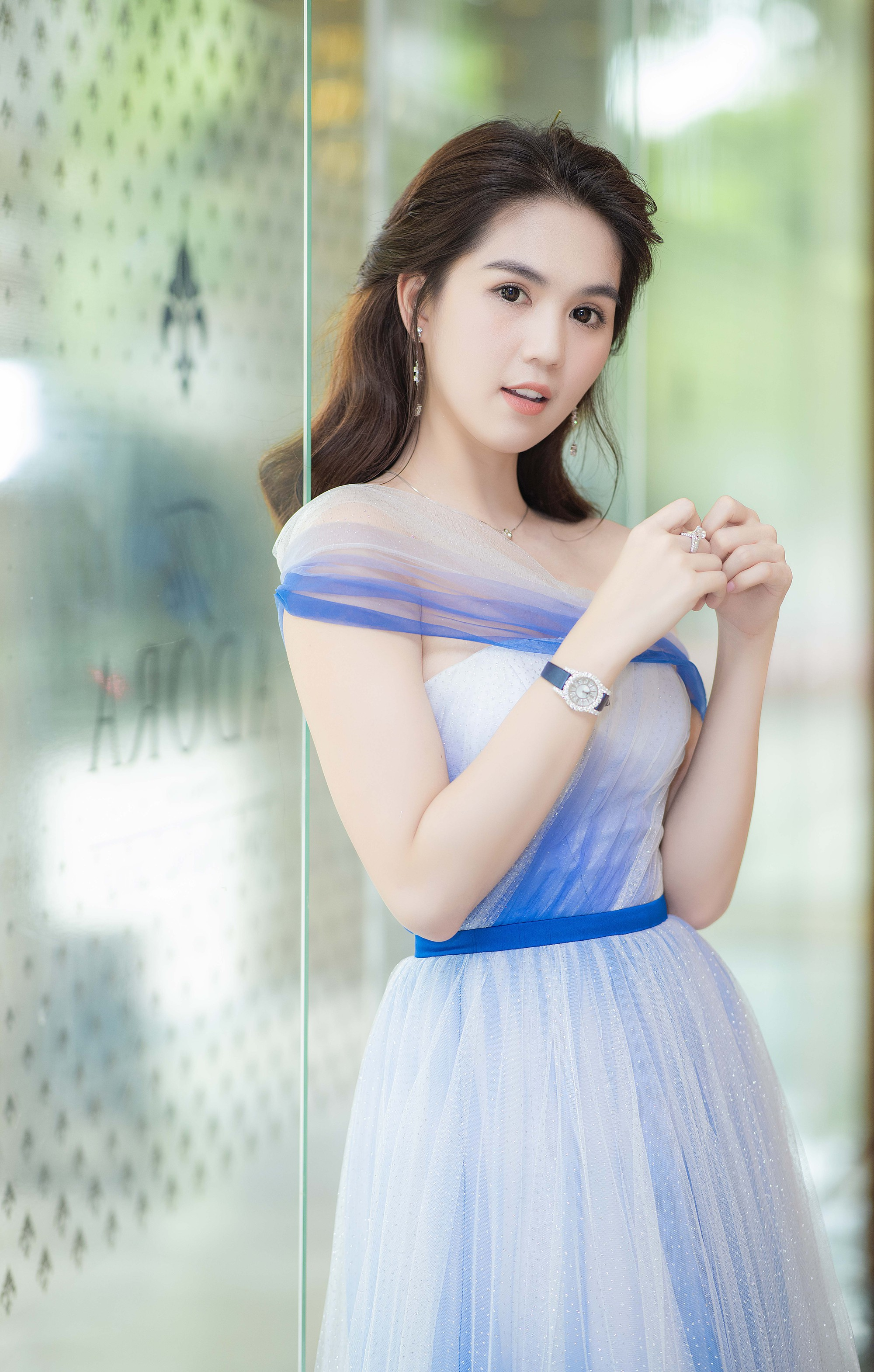 Ngọc Trinh đeo đồng hồ nạm kim cương hơn 1 tỷ đồng, xuất hiện nổi bật như công chúa tại sự kiện - Ảnh 1.