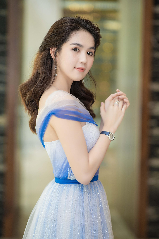 Ngọc Trinh đeo đồng hồ nạm kim cương hơn 1 tỷ đồng, xuất hiện nổi bật như công chúa tại sự kiện - Ảnh 2.