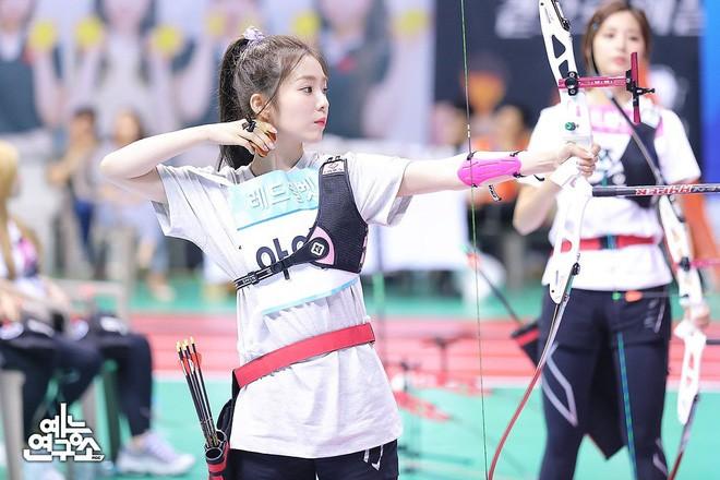 Irene giúp cả dàn Idol được khao gà rán với tài bắn cung bách phát bách trúng - Ảnh 1.
